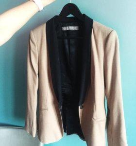 Красивый бежевый пиджак с чёрными лацканами