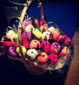 Цветы из конфет в корзинах