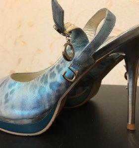 Босоножки на каблуке новые 39 размер