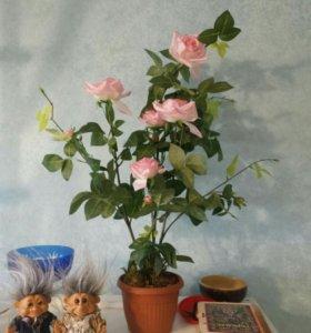 Искусственная роза в горшке