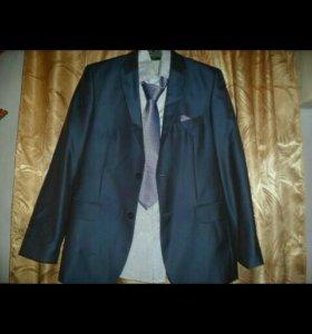 Продаю костюм мужской