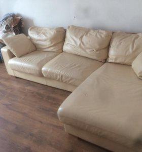 Отличный кожаный угловой диван.