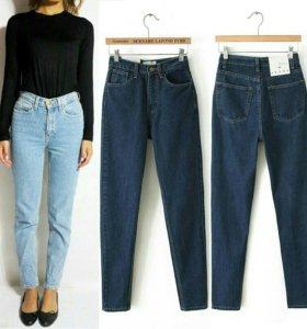 Темно-синие джинсы на высокой талии.