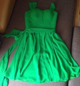 Красивое новое зеленое корсетное платье