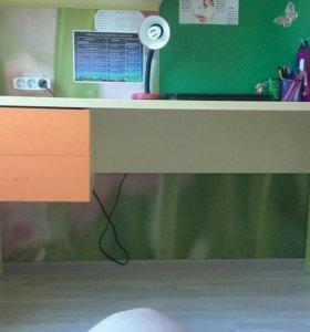 Детский стол и стеллаж