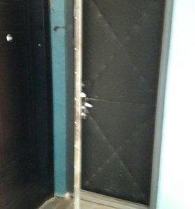 Металическая дверь.