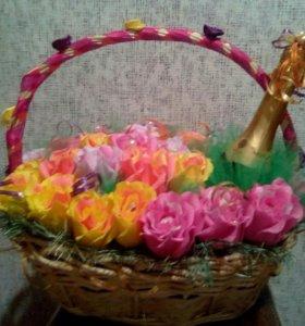 Корзинка роз с конфетками и игристым.