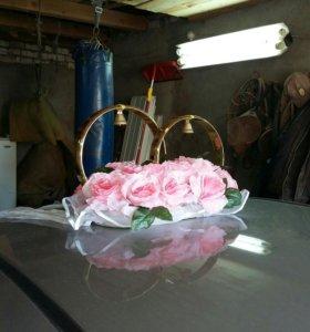 Кольца свадебные и украшения на капот