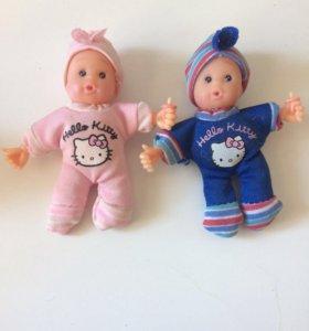 Маленькие куклы мальчик и девочка