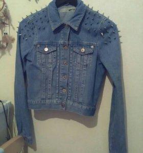 Куртка с шипами, джинсовка TOPSHOP