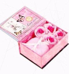 Набор мыльных лепестков и полотенце в коробке
