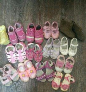 Много обуви на девочку!