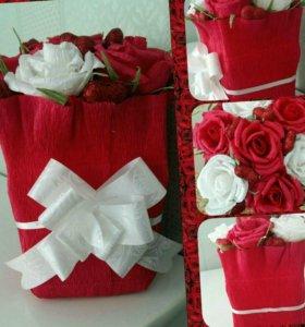 Букеты из конфет и игрушек в корзинках