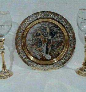 Тарелка с двумя фужерами