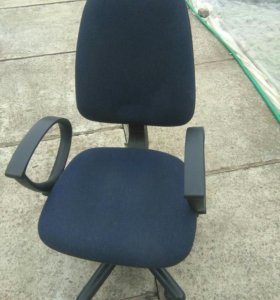 Офисный стул, крутящийся на колесиках