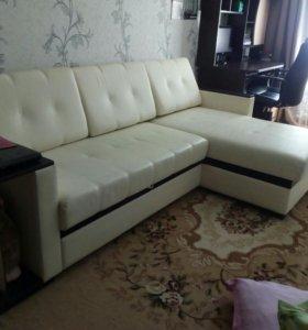 Белый диван в хорошем состоянии