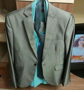 Мужской костюм, рубашка и галстук