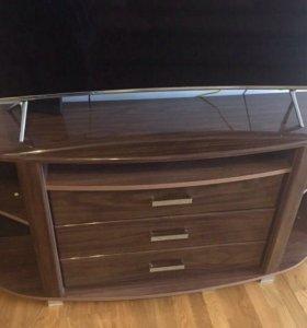 Тумба под телевизор с тремя выдвижными ящиками