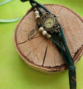 Часы на плетеных кожаных ремешках.