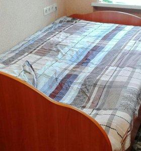 Кровать с матрацом.