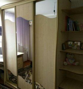 Шкаф купе, детская кровать, стол компьюторный.