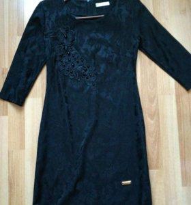 Черное платье с бусинами и цветами