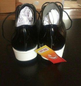 Лакированные кроссовки