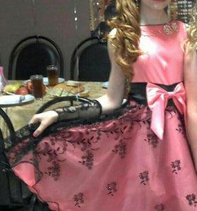 Платье просто супер нарядное с перчатками.