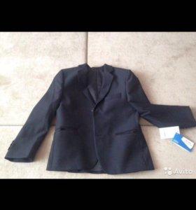 Продаю костюм школьный