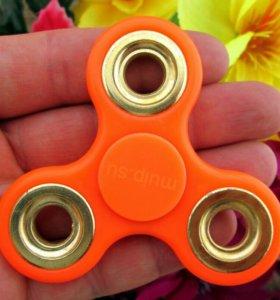 Оранжевый спиннер с золотыми кольцами