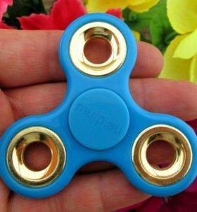 Голубой спиннер с золотыми кольцами
