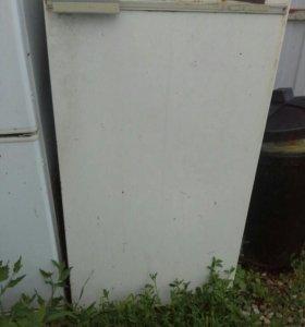 Старый холодильник на запчасти