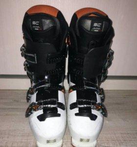 Лыжи горные, палки, шлем и ботинки