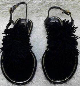 Черные и бежевые босоножки