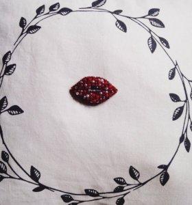 Брошь губы