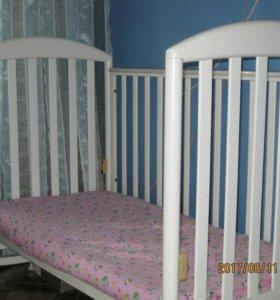 детская кроватка с ортопедическим матрасом.