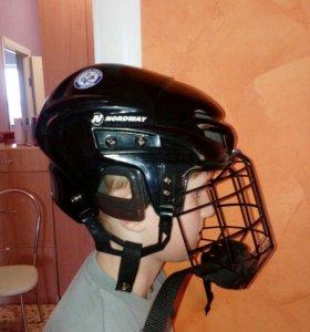 Хоккейные коньки и шлем