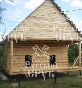 Сруб уютного дома из бревна с мансардой
