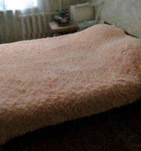 Двуспальная кровать с двумя тумбами.
