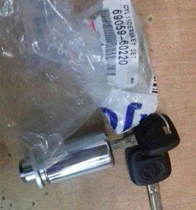 Личинка замка запаски с ключами 6905960220