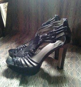 Туфли-босоножки.
