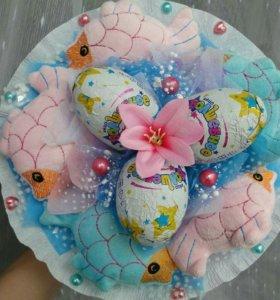 Букет с шоколадными яйцами и игрушками.