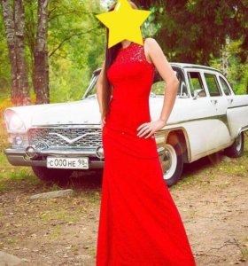 Красное платье со шлейфом