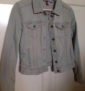Светлая голубая джинсовая куртка (джинсовка)