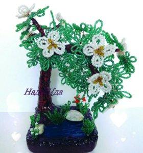 Дерево с белыми цветочками и озером