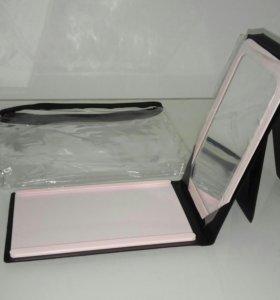 Зеркало в прозрачной сумочке-косметичке.