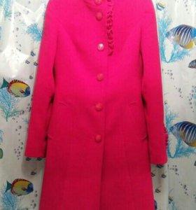 Яркое и очень красивое благородное пальто.