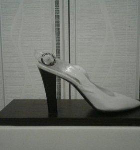 Босоножки на каблуке серебристые,р-р 39
