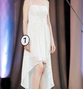 Белое вечернее платье со шлейфом