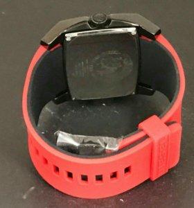 Новые часы Diesel с красным спортивным ремешком